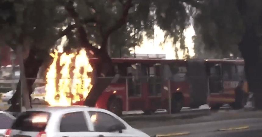 Encapuchados incendiaron una unidad del metrobús cerca de Ciudad Universitaria... otra vez