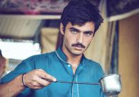 Un vendedor de té saltó a la fama por ser guapo