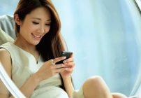 Chica de China usando smartphone