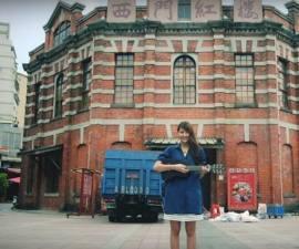 Sujeto cae durante un video musical