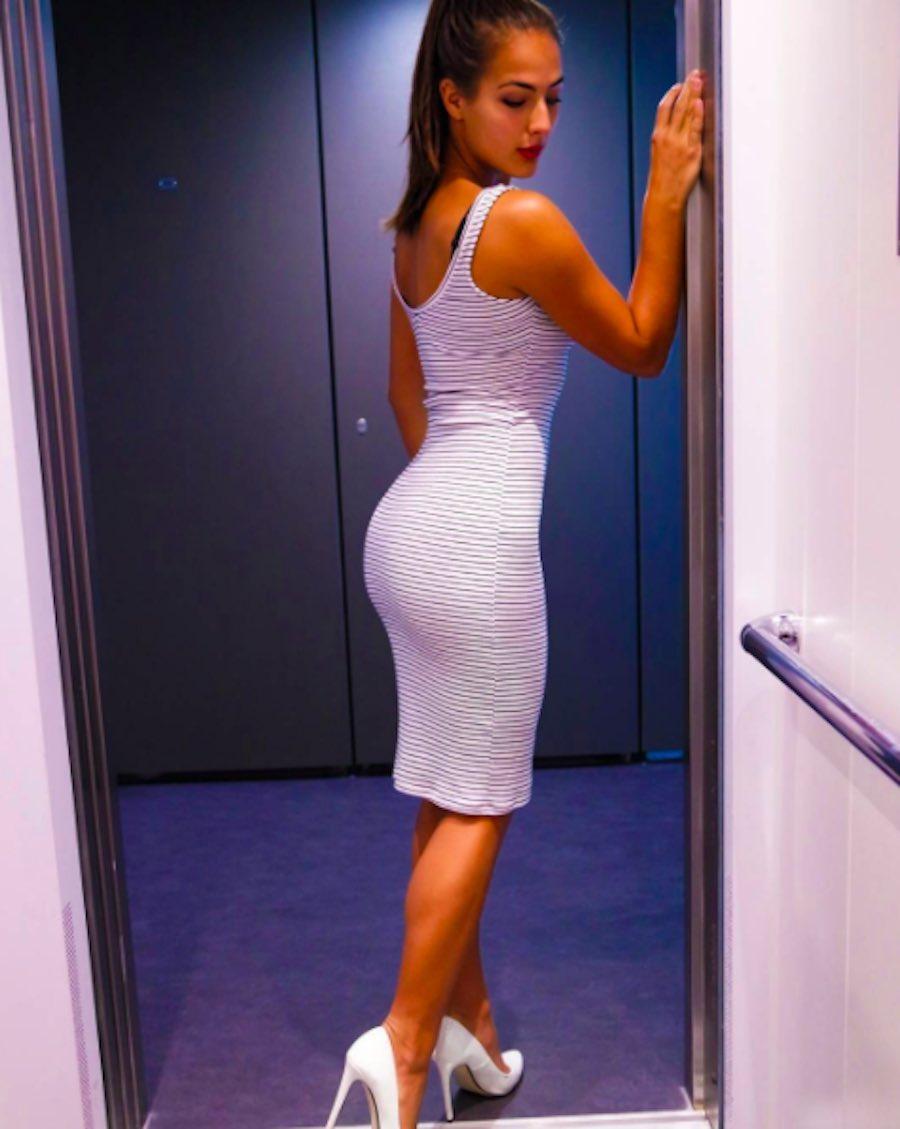 Nochtli Peralta en vestido blanco