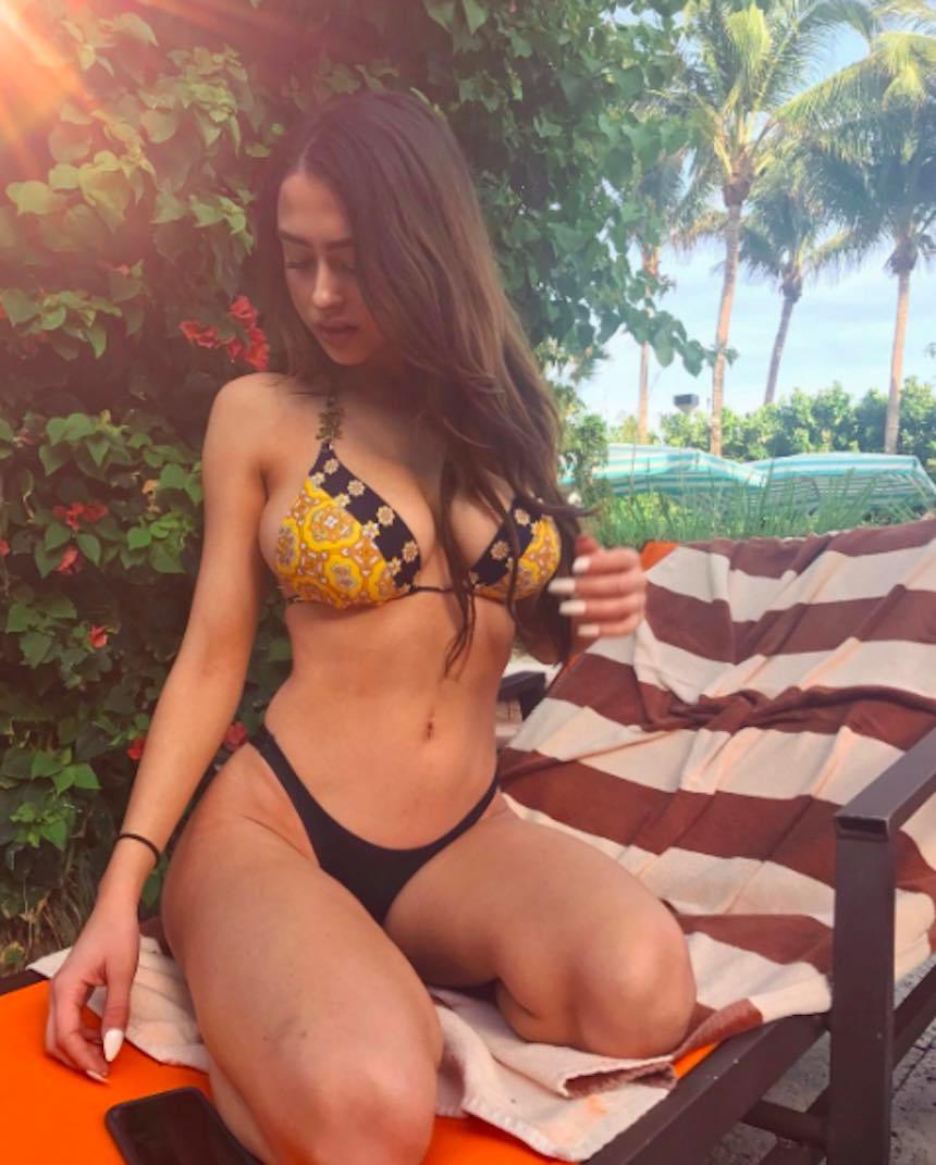 Sensual universitaria en bikini
