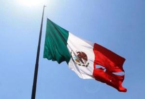 Qué más nos falta: así luce la bandera después de ser izada en evento de EPN