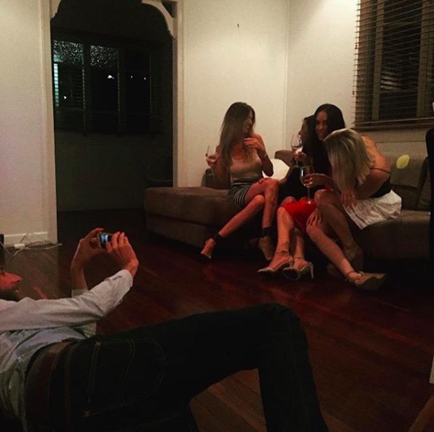Novios de Instagram - Foto con amigas