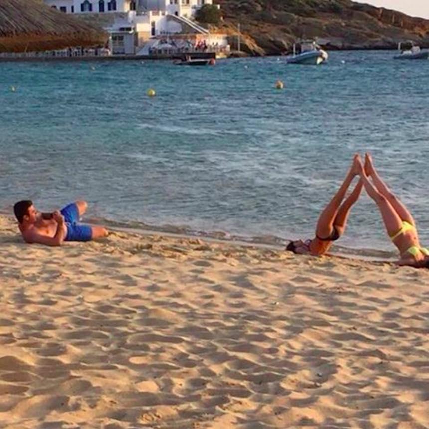 Novios de Instagram - Triángulo en la playa