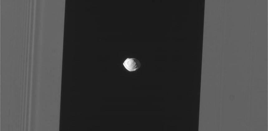 La pequeña Luna Pan, en Saturno