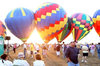 inflated-balloons-and-crowd