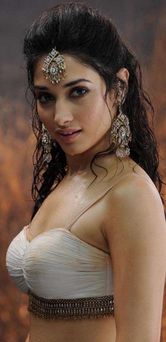 tamanna hot in badrinath2 583x1200 Tamanna hot stills in Badrinath with Allu Arjun
