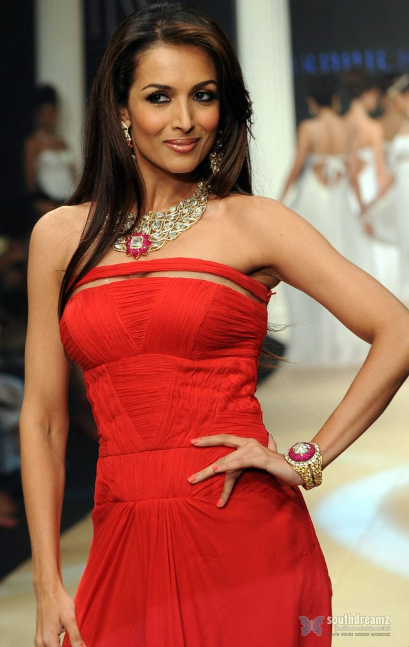 Malaika Arora Khan IIJW 2011 5 586x926 Katrina Kaif, Priyanka Chopra, Deepika Padukone getting red and hot