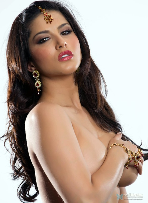 Bigg Boss Sunny Leone Latest Toplesss Stills 7 586x800 Sunny Leone not going for Cheap Publicity Stunts