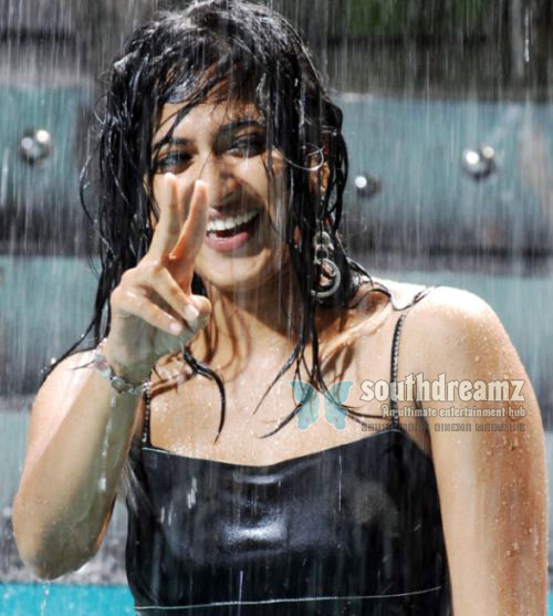 anushka wet 3 Huge attention on Anushkas Hot Sisters