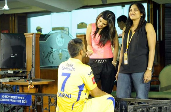 MS Dhoni candid moment with Wife 586x384 MS Dhonis candid moment with Wife