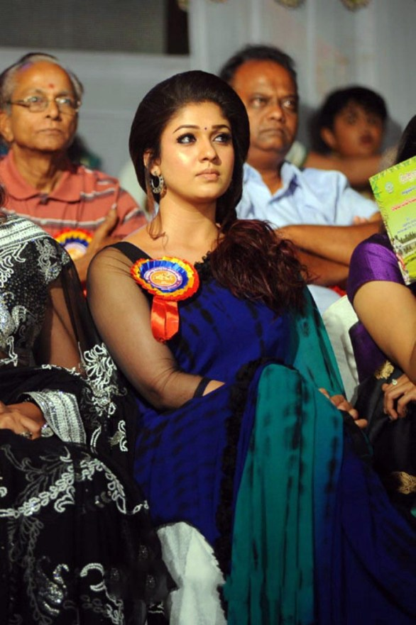 nayanthara stills at nandi awards 2011 function 10 586x881 Nayanatara Hot in Saree