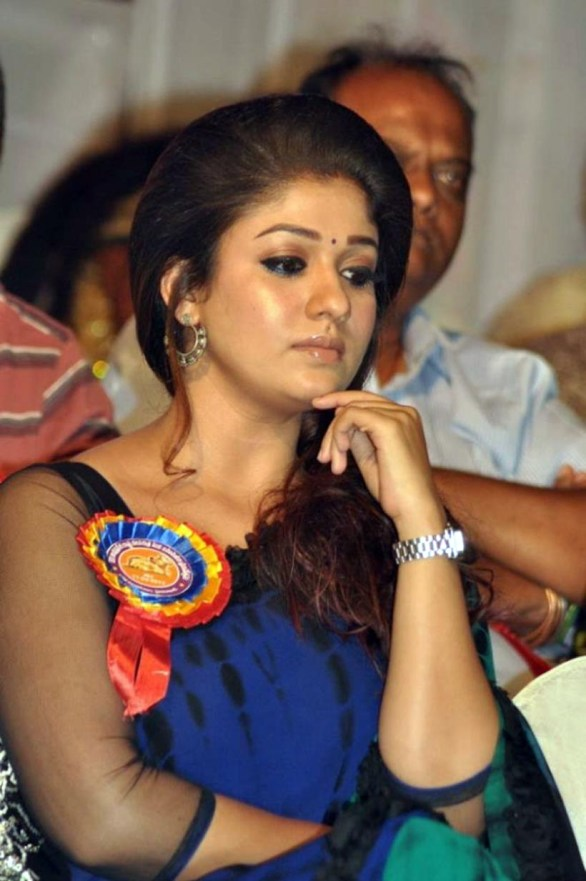 nayanthara stills at nandi awards 2011 function 35 586x881 Nayanatara Hot in Saree