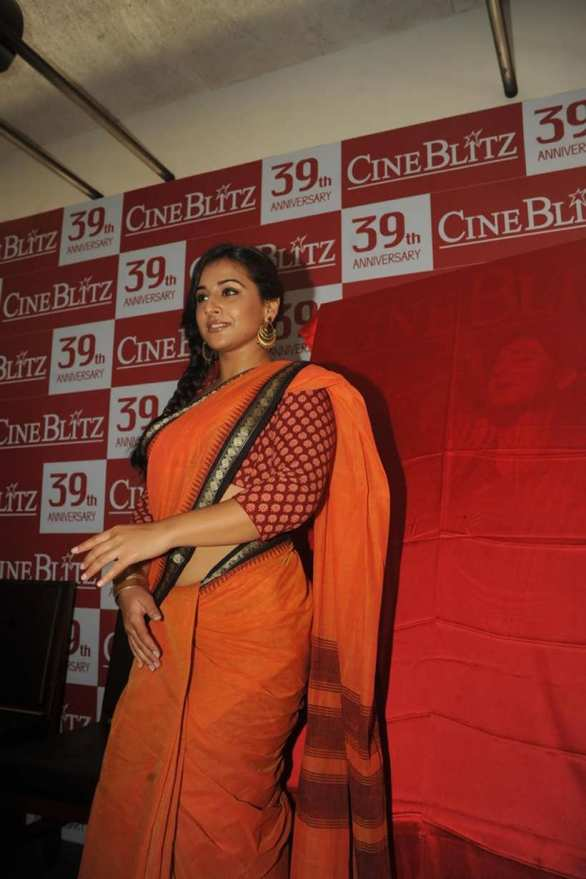 vidya balan launches cineblitz magazine april 2013 17 586x879 Vidya Balan Hot navel Show