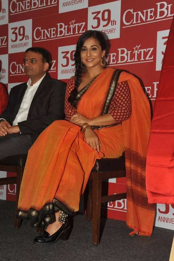 vidya balan launches cineblitz magazine april 2013 19 586x879 Vidya Balan Hot navel Show