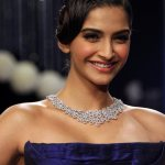Sonam-Kapoor-Inaugurates-IIJW-2013-Photos-3