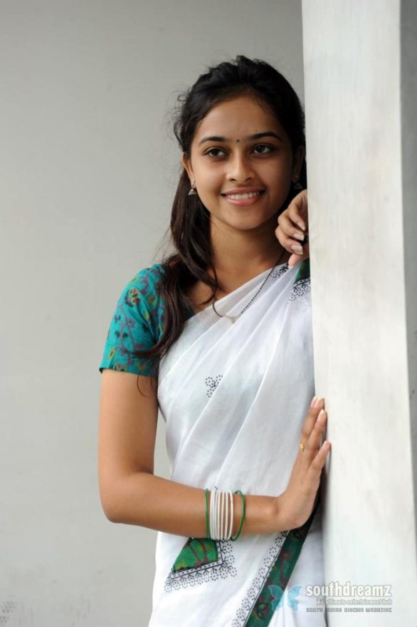 sexy tamil actress sri divya hot half saree photos 4 586x880 Varuthapadatha Valibar Sangam review