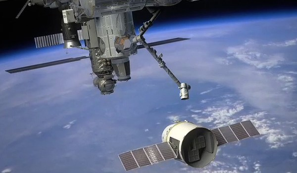 Artist's conception of SpaceX Dragon capsule berthing to the ISS (Credits: SpaceX).