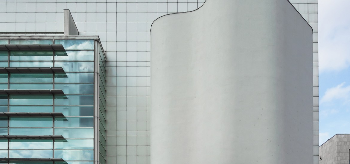 macba-museum-contemporary-art-in-barcelona-spain-designed-by-the-american-architect-richard-meier-50
