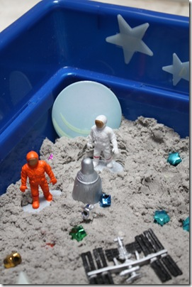 Sensory box ideas for kids with autism. Space sensory play. | speciallearninghouse.com