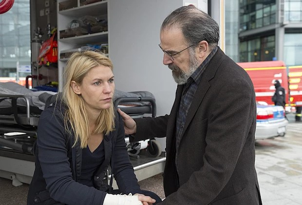 Claire Danes as Carrie Mathison and Mandy Patinkin as Saul Berenson in Homeland (Season 5, Episode 12). - Photo:  Stephan Rabold/SHOWTIME - Photo ID:  Homeland_512_0196.R
