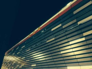 Una immagine notturna della facciata esterna dello Juventus stadium