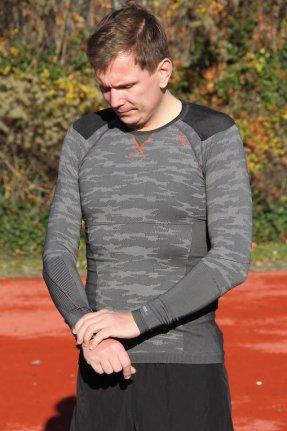 odlo-herren-bekleidung-running-warm-schwarz-weiss-3