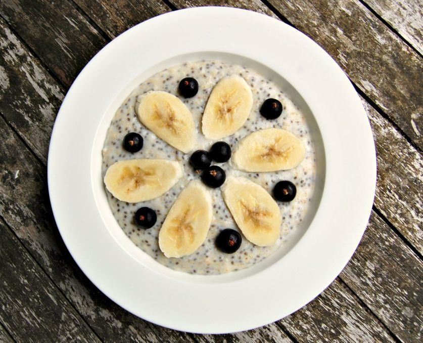 Chia porridge with blackcurrants and banana