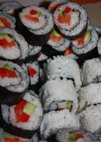 Talerz sushi - futomaki i uramaki