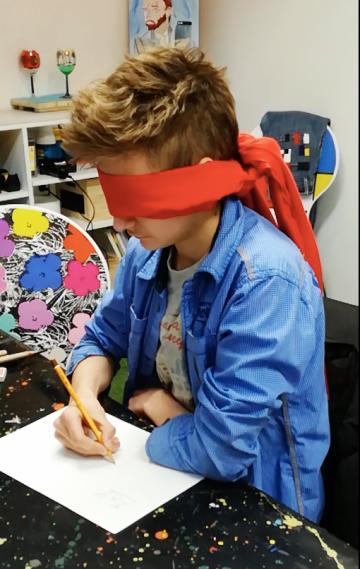 Dečak Siniša Matijević stvara umetnička dela sa povezom na očima