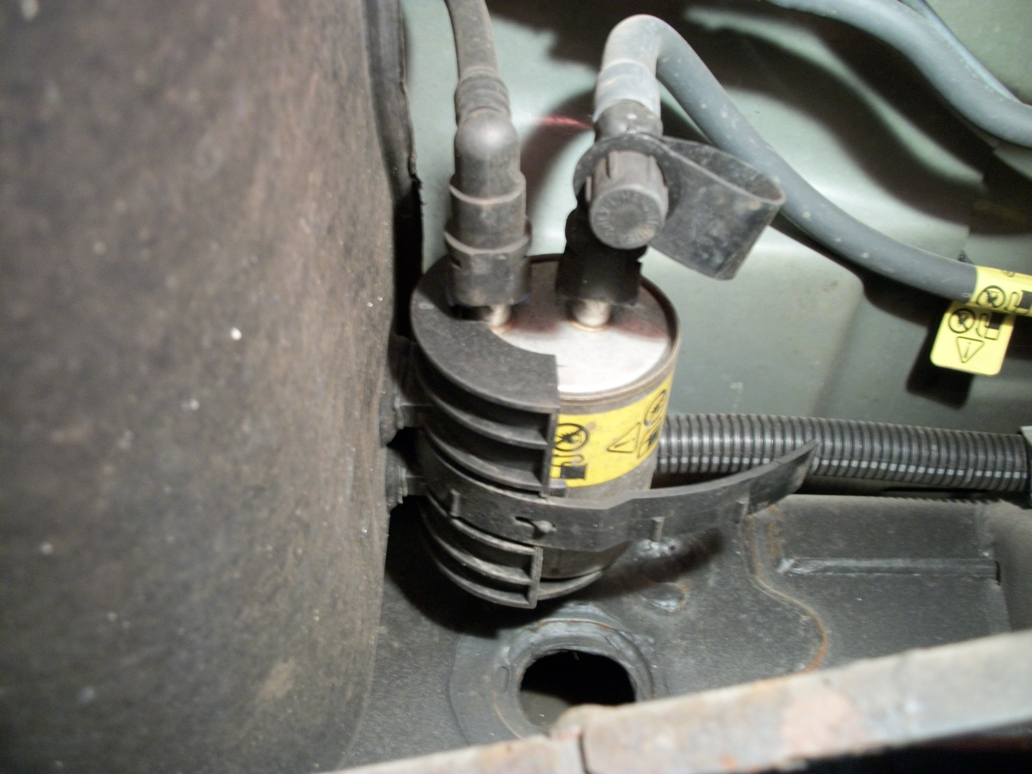 2003 ford f150 fuel filter location