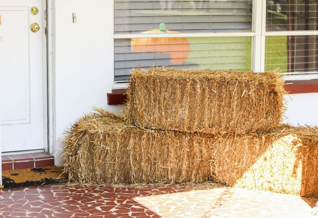 Decorate your front porch for fall for Bales of hay for decoration