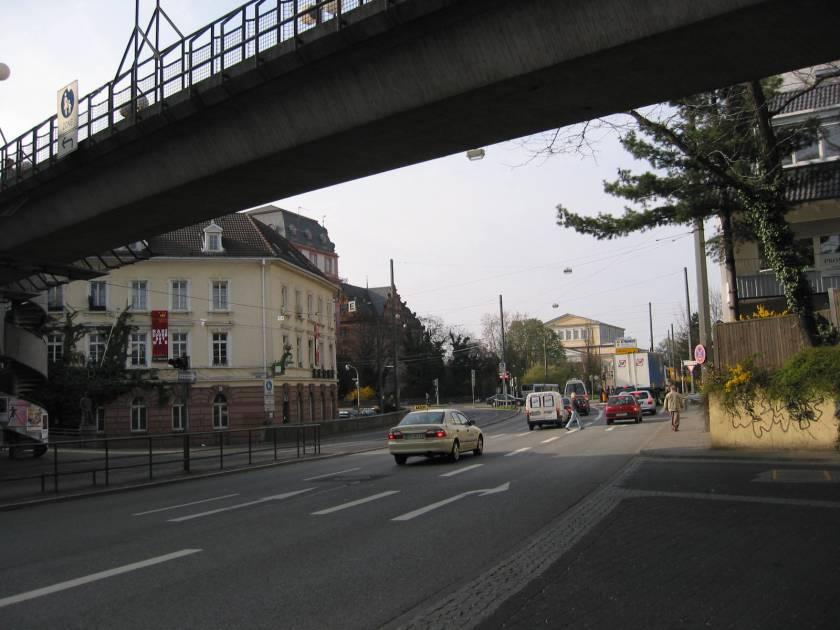 Ergebnis einer autogerechten Stadtplanung: Der Bereich der ehemaligen Darmstädter Altstadt mit dem Cityring und der Straßenbahntrasse in Seitenlage