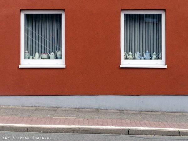 Kaffeekannen auf der Fensterbank