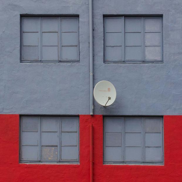 Vier Fenster und eine Satellitenschüssel
