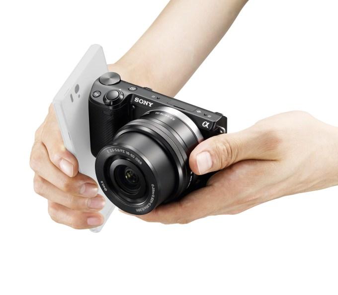NEX-5T_hand_NFC