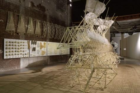 Vue de l'exposition « Le Bord des Mondes », Palais de Tokyo, 2015.  Photo : André Morin.  Theo Jansen, Animaris Umerus, 2010.  Courtesy de l'artiste. ADAGP, Paris 2015.