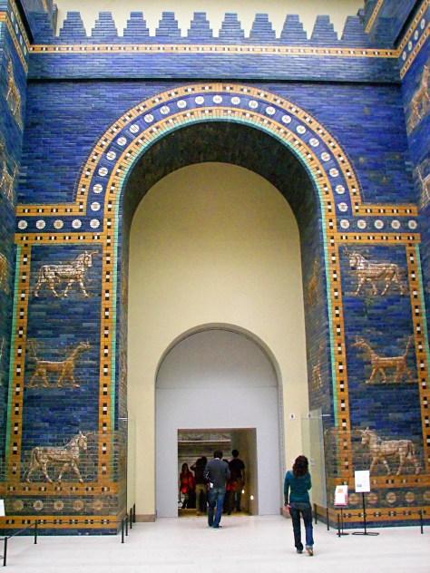 La porte d'Ishtar au musée de Pergame (Berlin) Construite en 580 av. J.C. à Babylone. La porte d'Ishtar est une des huit portes de la cité intérieure de Babylone. Cette porte est dédiée à la déesse Ishtar.