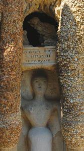 """Palais idéal du Facteur Cheval, Hauterives, Drôme, France. Détail : """"Aux Grands Hommes l'Humanité Reconnaissante"""""""
