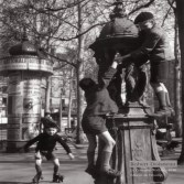 Fontaine Wallace, Paris, 1946. Photographie de Robert Doisneau.