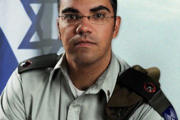 """الناطق الرسمي بإسم الجيش الصهيوني يفاجيء أصدقائه """" المسلمين """"  بالفيسبوك !!"""
