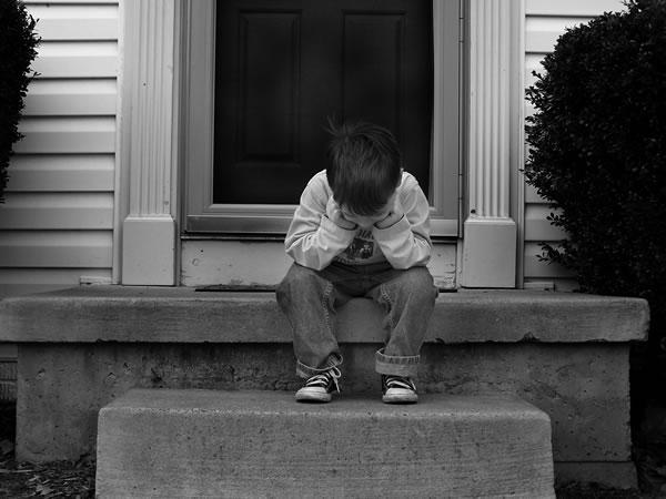 طفل يبكى بأحد الشوارع وفجأه امسك بحجر وضرب به سياره رجل اعمال والسبب ….!!!