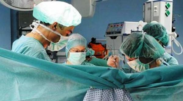 طبيب مصري فتح صدر مريضته وخرج ليطالب زوجها بالمال فوراً