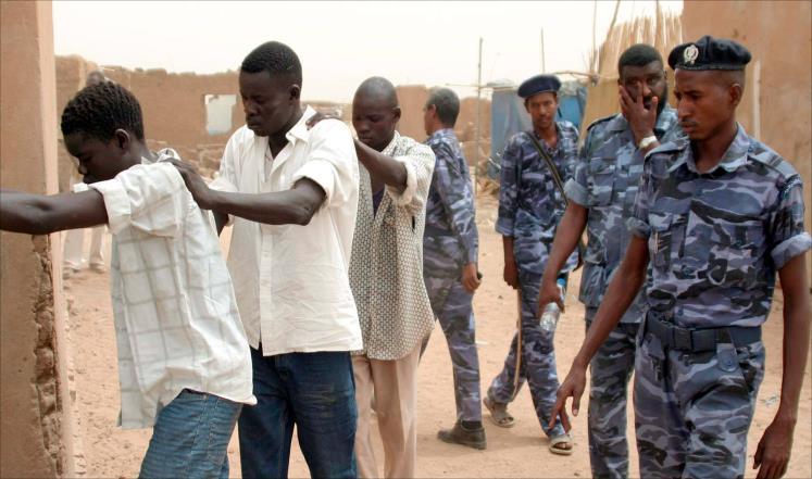 الشرطة تنقذ سائق سيارة من قبضة (شماسة) بشارع الإنقاذ بالخرطوم بحري