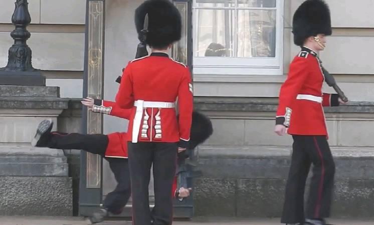 بالصور: لندن.. انزلاق حارس قصر بكنغهام أمام السياح