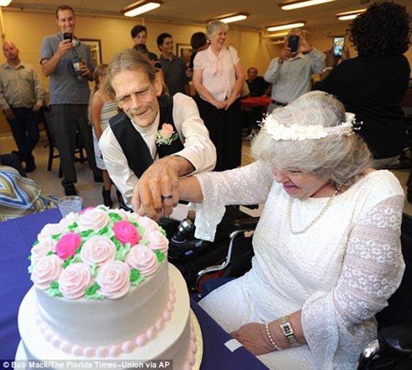 بالصور: قصة حب بين عجوزين في دار مسنين تنتهي بالزواج