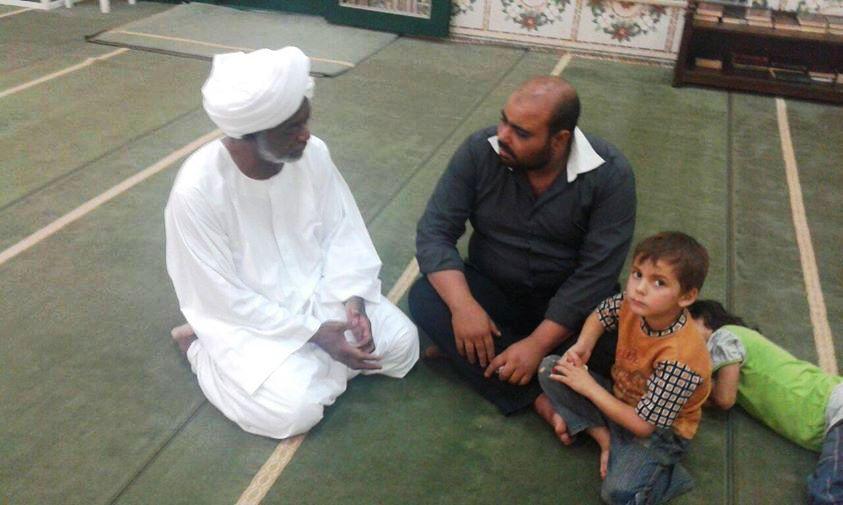 صورة لوزير الخارجية السوداني يجثو على ركبتيه بالمسجد مستمعاً إلى لاجيء سوري تشعل مواقع التواصل !!