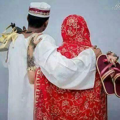 تبادل حمل الأحذية بين الزوجين آخر تقليعة في صور الزواج السوداني !!