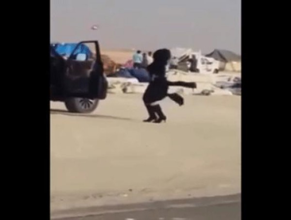 بالفيديو: فتاة تنزل من سيارتها لترقص فى منتصف الشارع